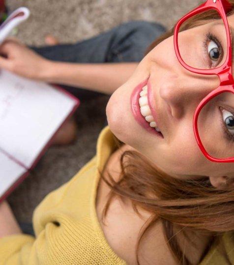estudiante con gafas ingles general